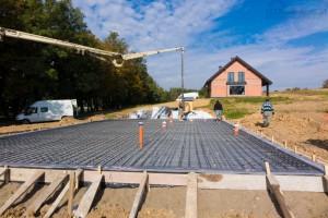 betonowanie płyty fundamentowej na gruncie beton z pompy