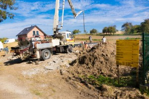 zalewanie betonem płyty fundamentowej