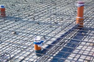 rury kanalizacyjne w płycie fundamentować w betonie