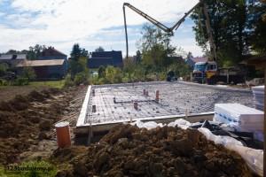 zalewanie płyty fundamentowej betonem
