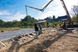 kierownik budowy obecny podczas wylewania płyty fundamentowej