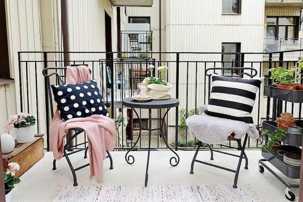 stolik kawowy na balkonie
