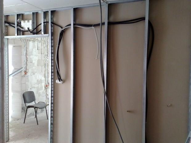 Instalacja-w-scianach-z-plyt-kart-gips-przewody-schowane-w-ochronnym-peszlu