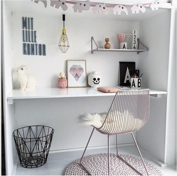 białe biurko w pokoju dziewczynki