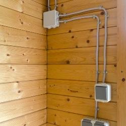 instalacja elektryczna w domu drewnianym