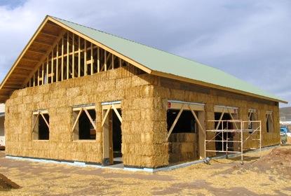 drewniany dom ocieplony słomą