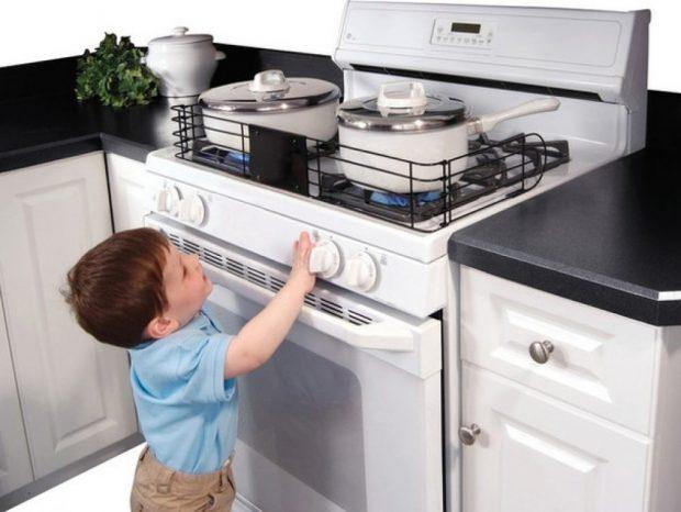 bezpieczne dziecko w domu kuchenka