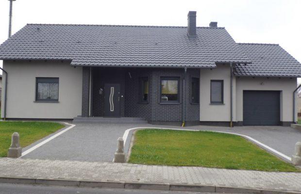 dom bez ogrodzenia