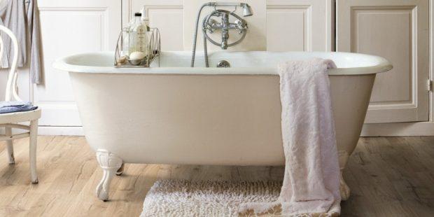 klasyczna łazienka z drewnianą podłogą