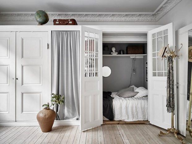 łóżko zabudowane w szafie