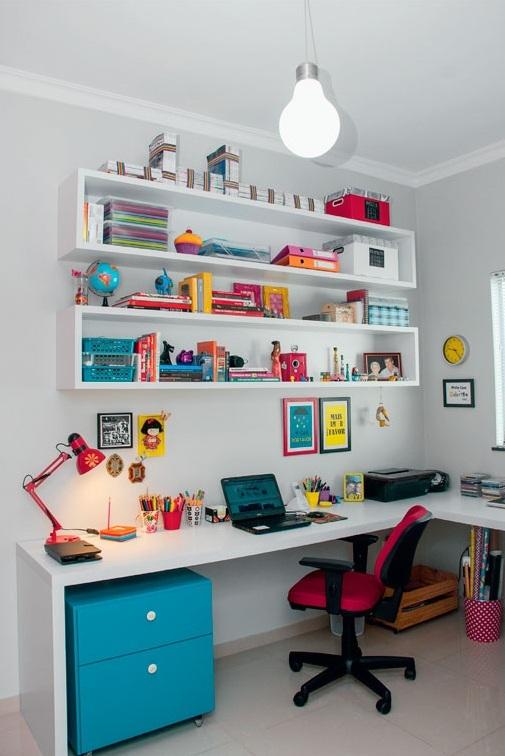 półki nad biurkiem