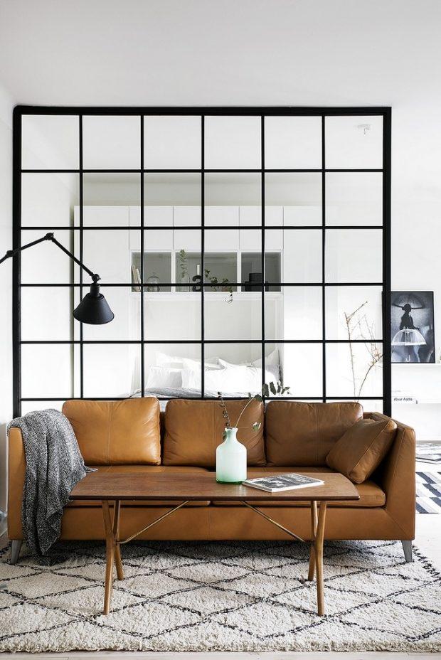 białe ściany jasno brązowe meble