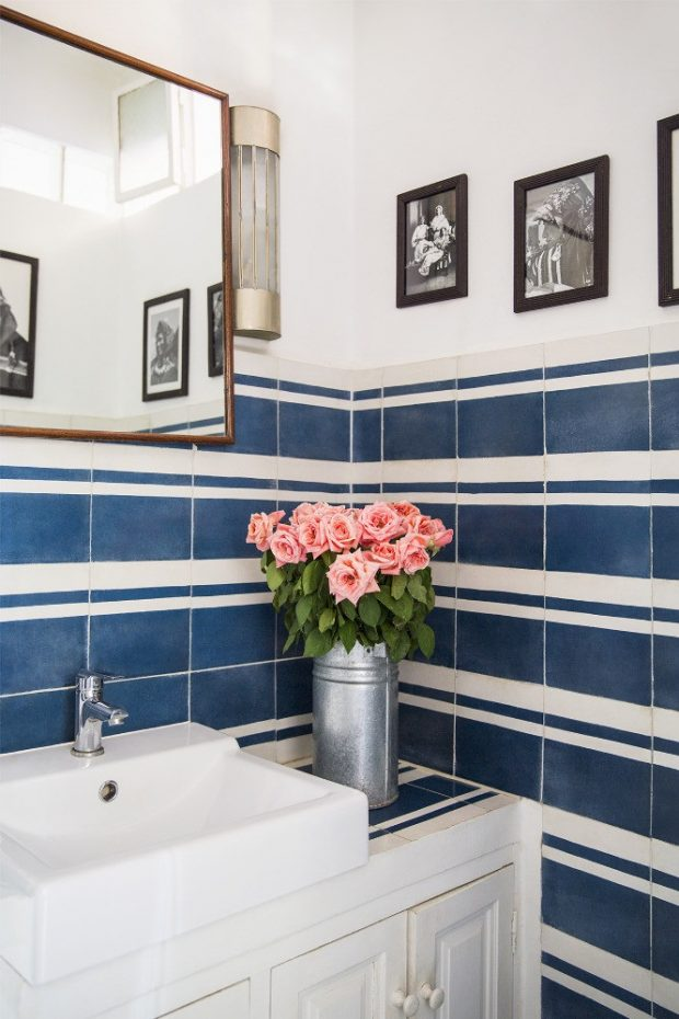ściana w łazience w niebieskie poziome pasy