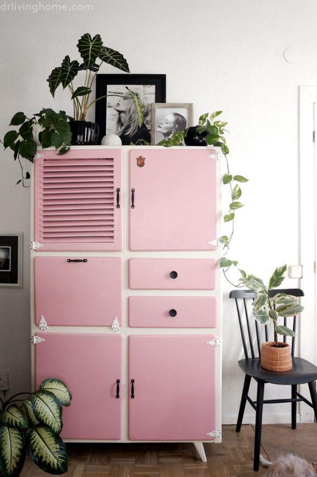 biała komoda z różowymi drzwiczkami