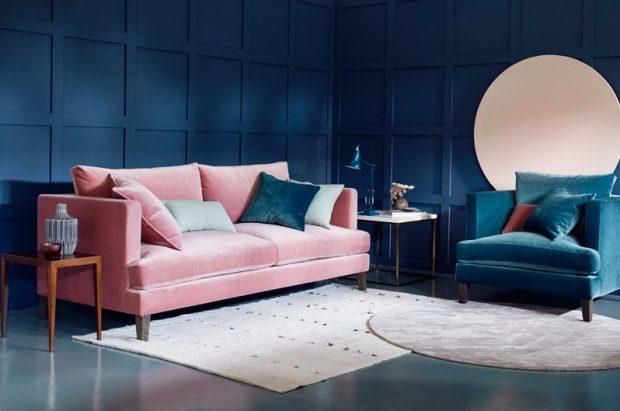 ciemno niebieskie ściany różowa sofa błyszcząca błękitna podłoga