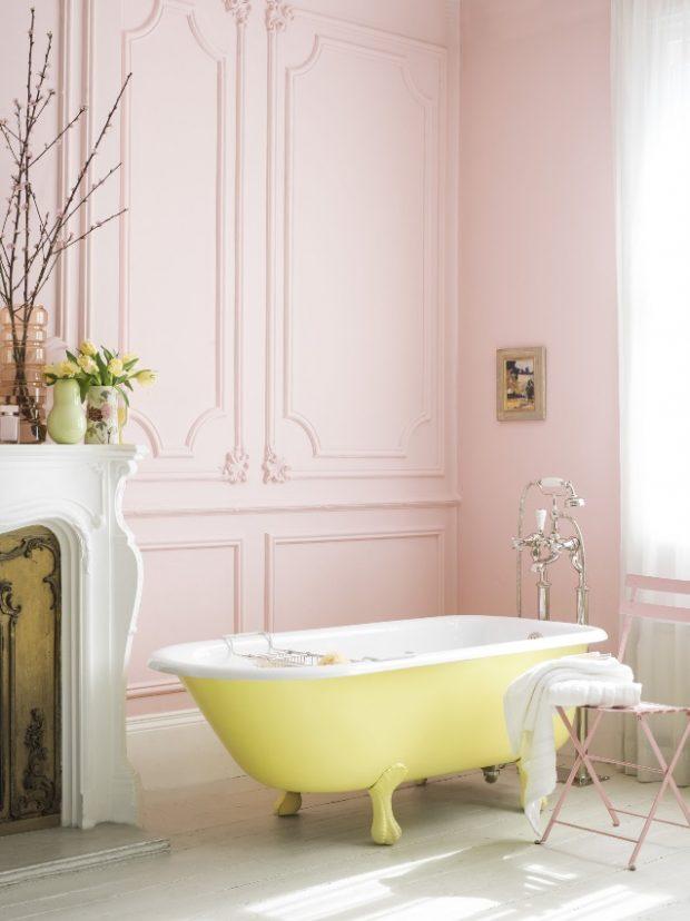 różowe ściany w łazience żółta stara wanna emaliowa