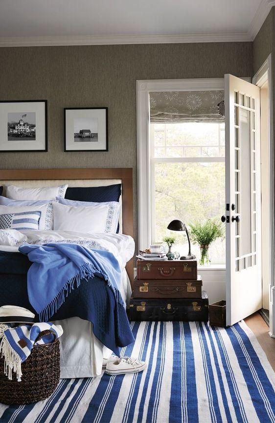 niebieskie dodatki we wnętrzu dywan w pasy