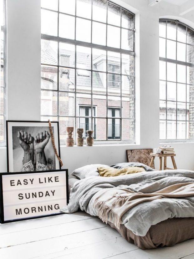 biała sypialnia styl loftowy duże okna stary magazyn