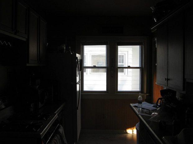 ciemne mieszkanie
