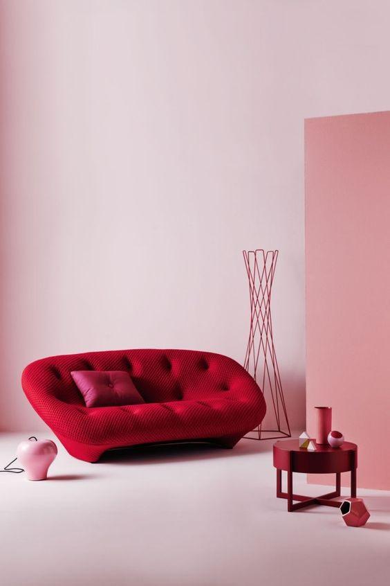 czerwona sofa i różowe ściany