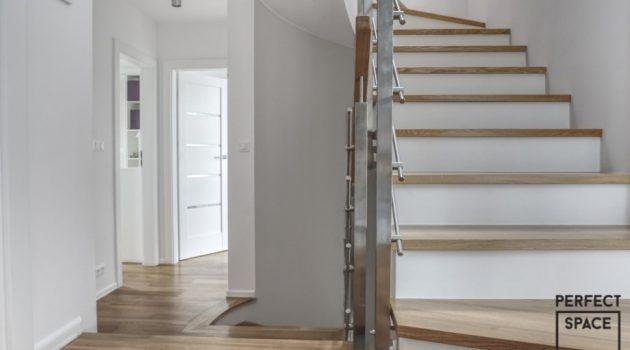 barierka metalowa z elementami drewna w aranzacji wnetrza domu jednorodzinnego