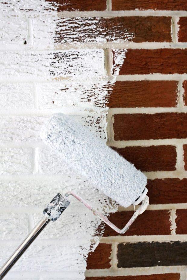 malowanie ściany z cegieł