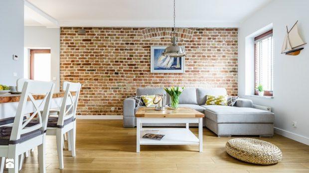 imitacja cegieł na ścianie w salonie