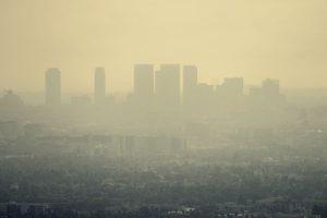 miasto w smogu