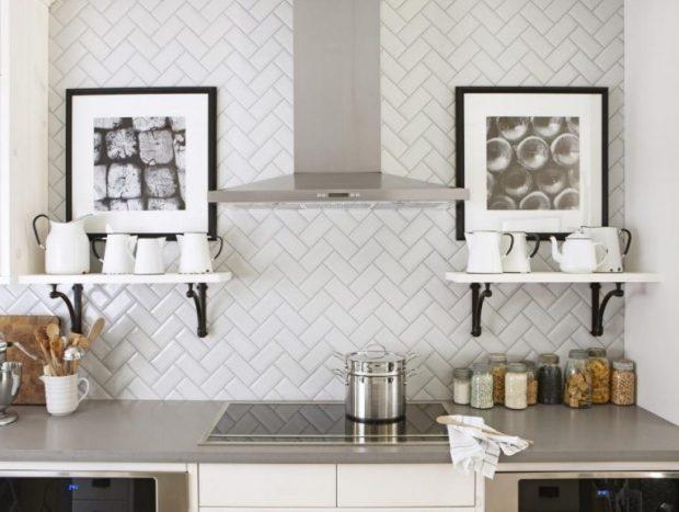 ściana w kuchni białe płytki wzór cegiełki