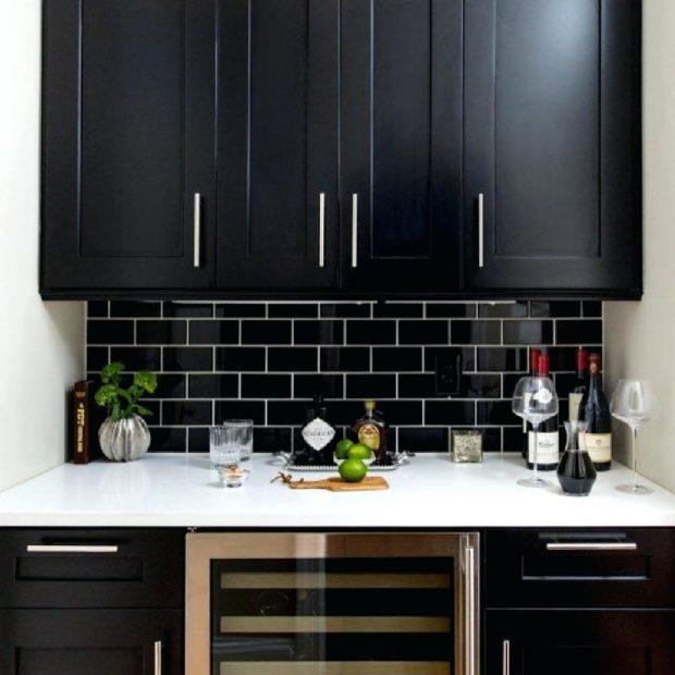 czarne płytki i meble w kuchni