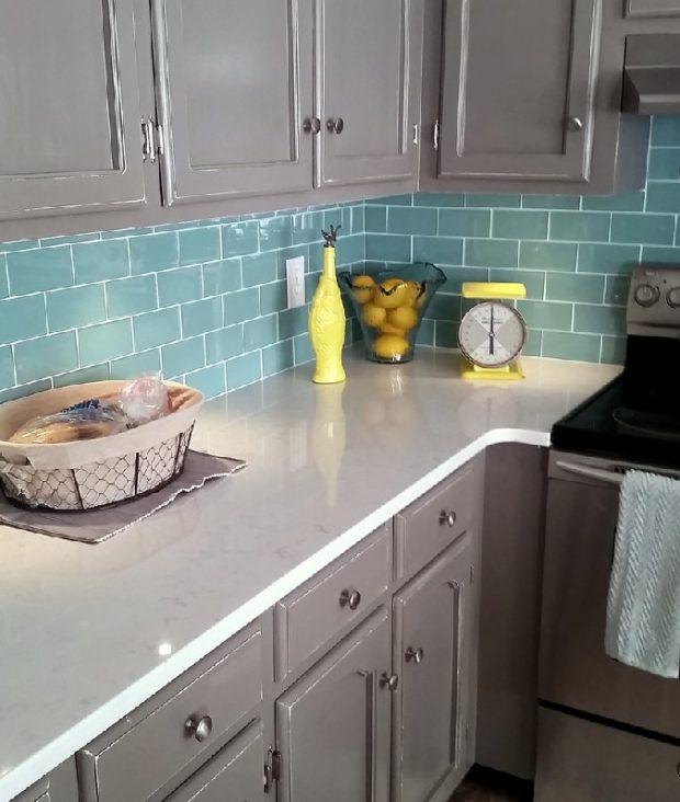 płytki cegiełka w kuchni między meblami w kolorze morskim