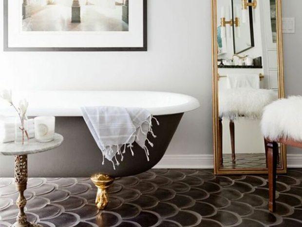 klasyczna łazienka ciemne płytki imitujące rybie łuski