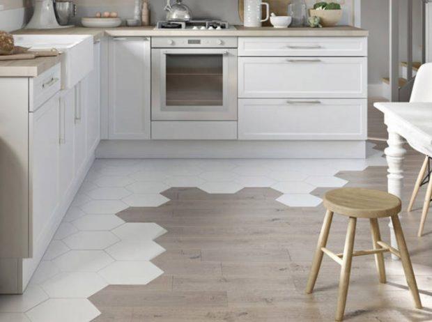płytki drewnopodobne w kuchni na podłodze plaster miodu