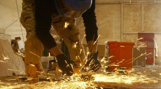 szlifierka katowa podczas remontu domu