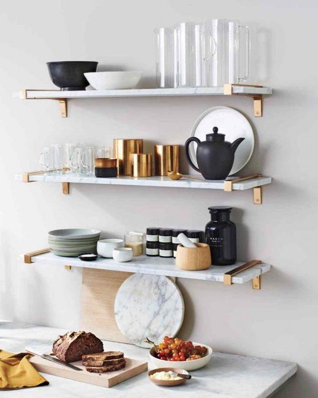 wiszące półki w kuchni na ścianie