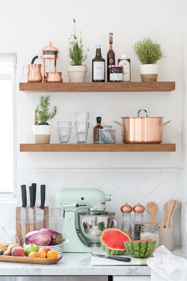 drewniane półki na ścianie w kuchni