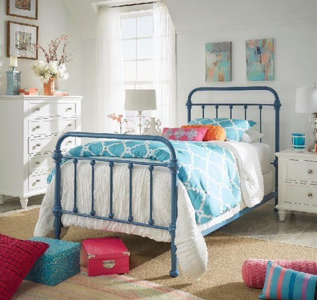 klasyczne łóżko metalowe