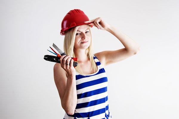 kobieta w kasku remont mieszkania