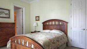 łóżko drewniane sypialnia
