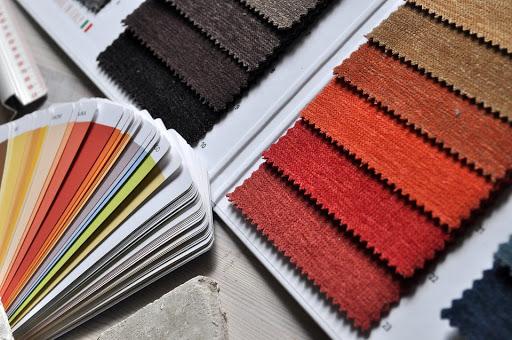 Dopasowywanie kolorystyczne wykładzin do ścian i materiałów na wypoczynku