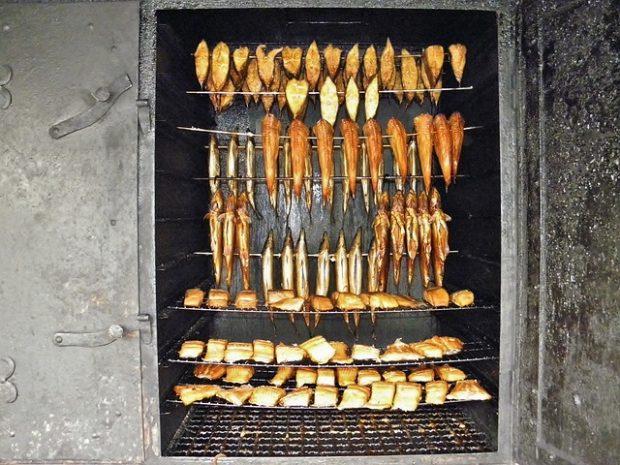 wędzarnia ogrodowa i wiszące w niej mięsa i ryby
