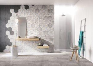 heksagonalne płytki na ścianie w salonie