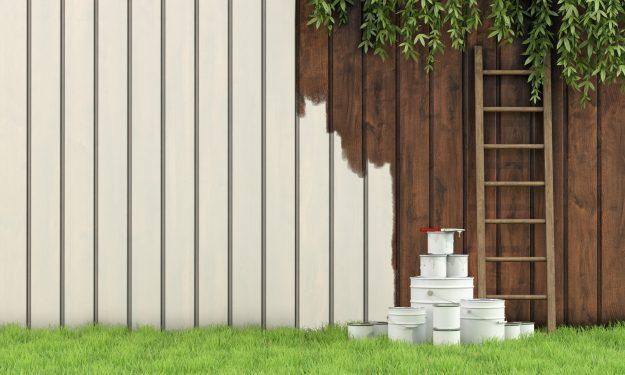 malowanie drewnianego ogrodzenia